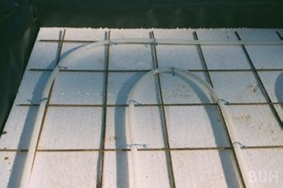 close-up photo of underfloor heating pipes attached to reinforcing mesh